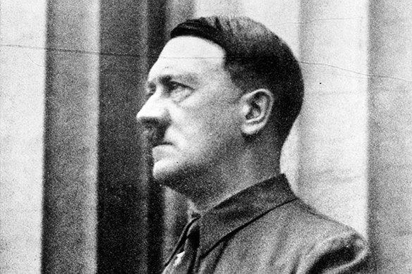 За месяц до смерти: Гитлеру предъявили обвинения в военных прест