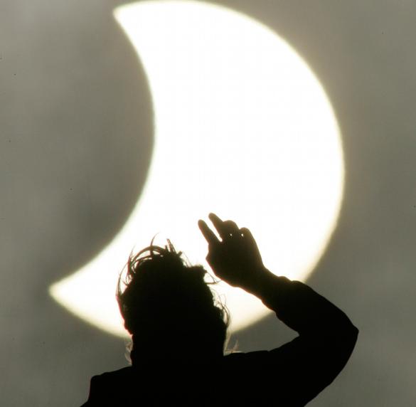 Врачи категорически запретили землянам селфи на фоне затмения. Солнечное затмение