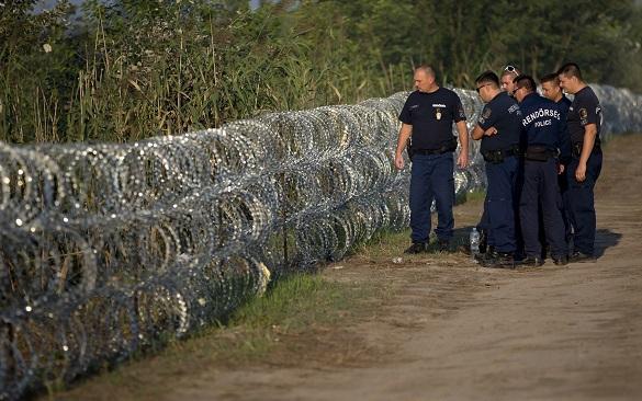 Венгрия пустила ток по приграничному забору, чтобы защититься от