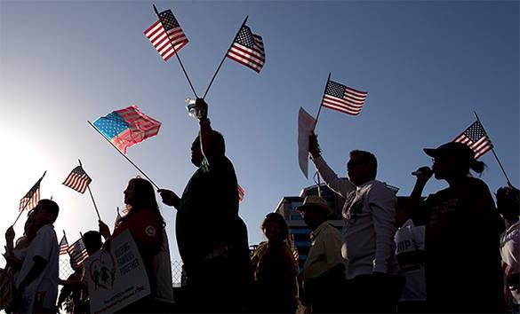 Американцев возмутил призыв больше тратить ради благополучия в стране. американцы