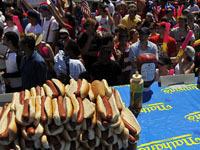 Лучший в мире поедатель хот-догов защитил свой титул. hotdog