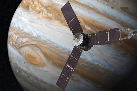 Наполюсах Юпитера бушуют шторма размером сЗемлю