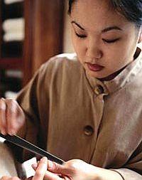 Ногти шлифуются рисовым блоком. Полируют и отбеливают с помощью