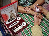 И завершает процедуру – массаж рук горячими мешочками Ацуя