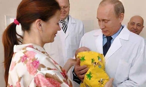 Поляки записали Путину в сыновья 7-млрдного жителя Земли. 7-млрдный житель Земли на руках у Путина