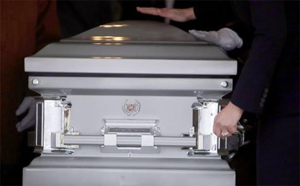 Перетаскивание покойника из одного катафалка в другой в центре Невинномысска, ошарашило прохожих. Гроб