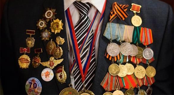 Кремль заказал высшую военную награду. Кому ее вручат?. грудь ветерана в орденах