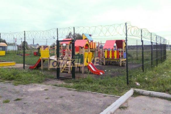 В Омске детскую площадку спрятали за высоким колючим забором. 391159.jpeg