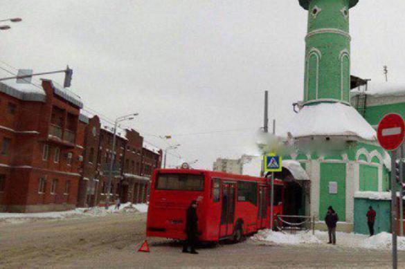 В Казани автобус с пассажирами въехал в двери мечети. В Казани автобус с пассажирами въехал в двери мечети