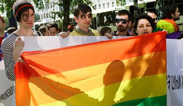 Украинцы закидывают краской билборды в поддержку геев. 319161.jpeg