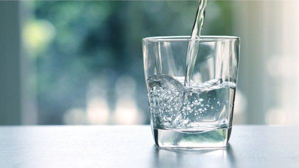 Лучший напиток для праздничного стола - вода. стакан воды