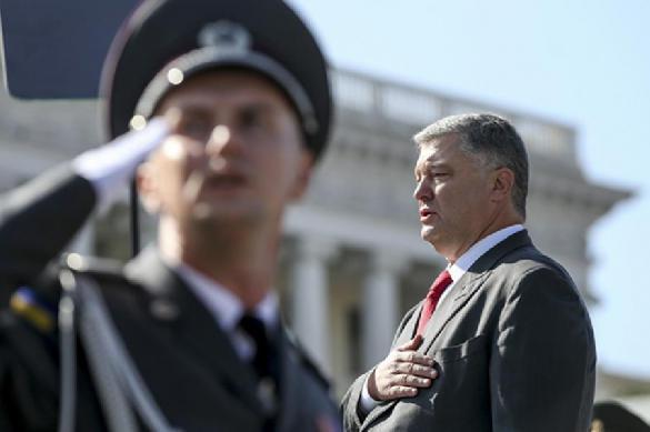 Во время речи Порошенко снова упал солдат. 391165.jpeg