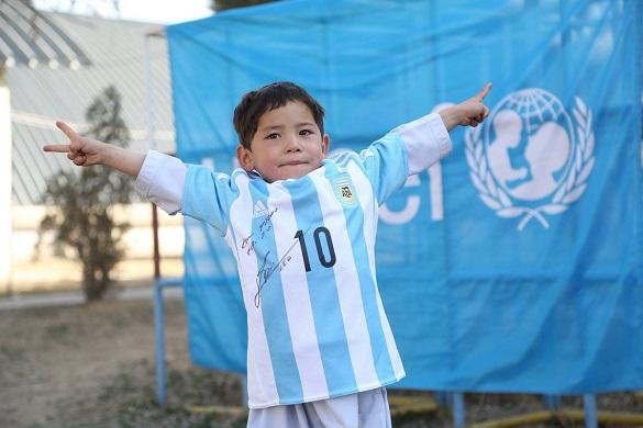 5-летний афганский мальчик взорвал интернет и покорил Месси
