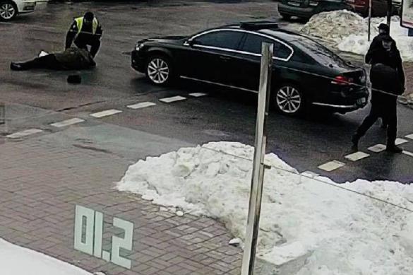Опубликовано видео: кортеж Порошенко сбивает пенсионера. 384171.jpeg