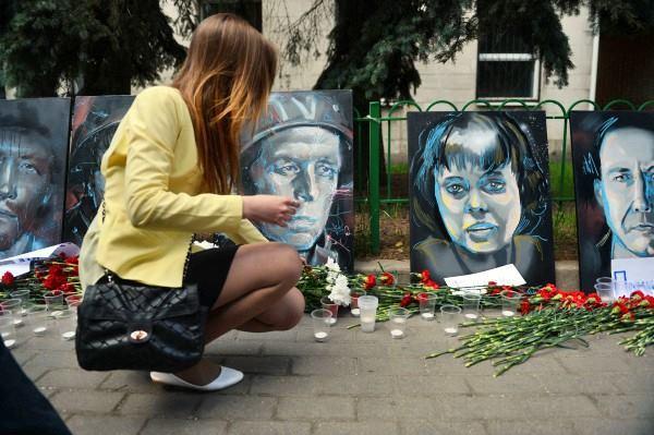 У стен посольства Украины в Москве прошла акция памяти и скорби. акция Помним