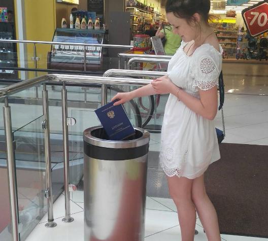 Воронежская выпускница возмутила соцсети выброшенным дипломом