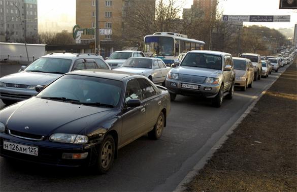 Приморские автомобилисты зарыли деньги в дорожное полотно. авто