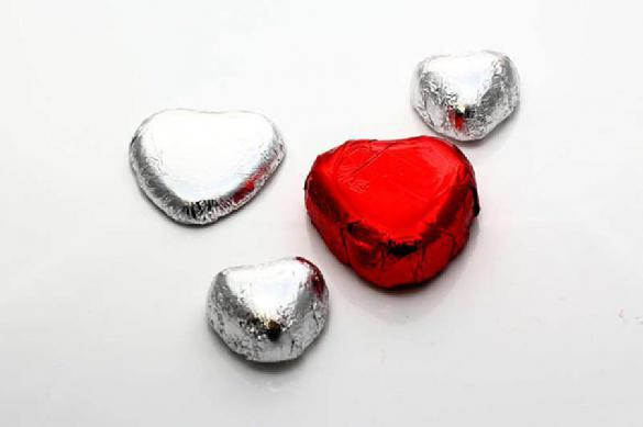 Муж 40 лет дарит жене одну и ту же коробку конфет в память о первых чувствах. Муж 40 лет дарит жене одну и ту же коробку конфет в память о пер