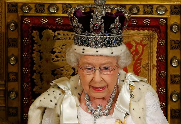 На дне рождения королевы гвардейцы упали в обморок