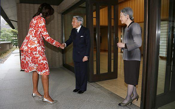 Мишель Обама присела перед японским императором, нарушив все правила этикета. Мишель Обама и японский император