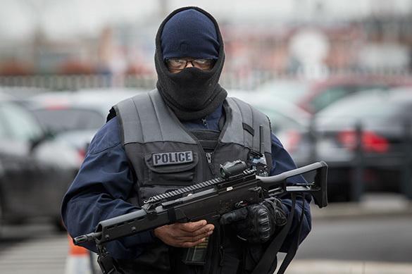 Французский полицейский расстрелял бешеного азиата с ножницами