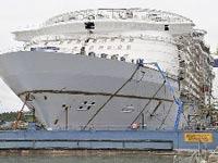 Самый большой в мире круизный лайнер отправился в первое