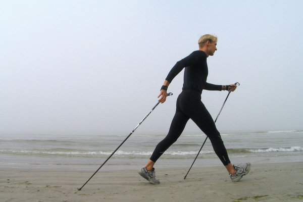 Шагайте по-скандинавски. ходьба с палками