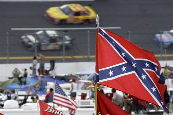 """Организаторы гонок NASCAR попросили фанатов избавиться от флагов Конфедерации ради """"дружелюбия и терпимости"""". NASCAR"""