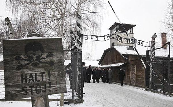 Польская выставка в Эстонии: узники концлагерей танцевали и хохотали перед казнями. Освенцим