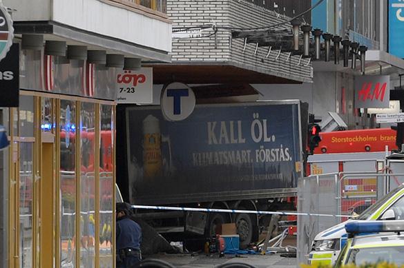 Снова теракт: огромный грузовик раздавил толпу в Стокгольме. ФОТ