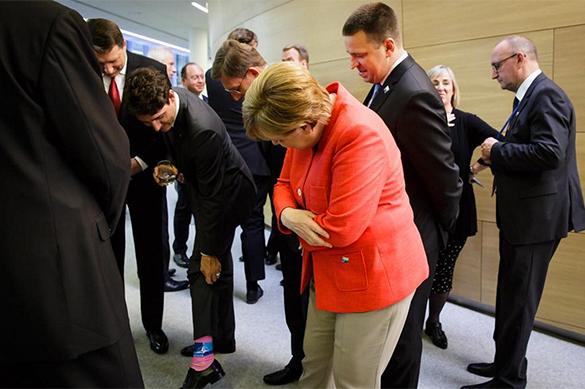 Трюдо похвастался перед Меркель розовыми носками слоготипом НАТО
