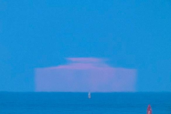 Астроном-любитель сфотографировал розовую Луну-«айсберг»