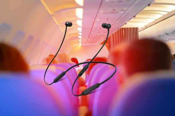 У пассажирки самолета, летевшего в Мельбурн, взорвались наушники