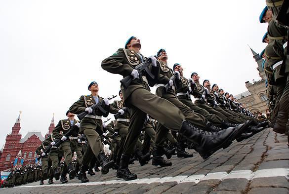 Эксперты объяснили страх Запада перед военными парадами. на параде