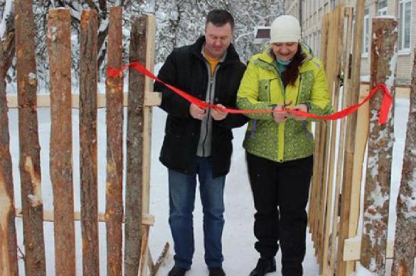 Забор из горбыля торжественно открыт в провинциальной школе. 383231.jpeg
