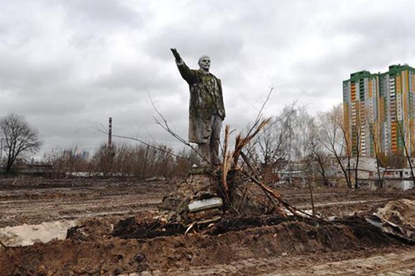 В Киеве случайно нашли уцелевший памятник Ленину. В Киеве случайно нашли уцелевший памятник Ленину