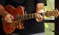 Кладбищенский работник украл гитару прямо из гроба. guitar