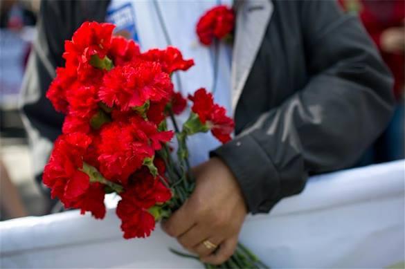 Красная гвоздика – символ не только памяти, но и помощи – Герой России. Гвоздики