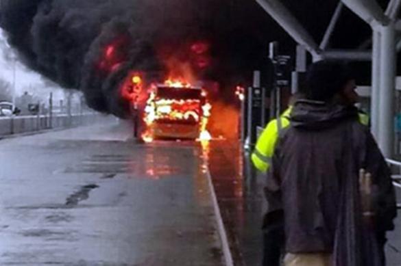 Из-за пожара в аэропорту Лондона были отменены сотни рейсов. Из-за пожара в аэропорту Лондона были отменены сотни рейсов