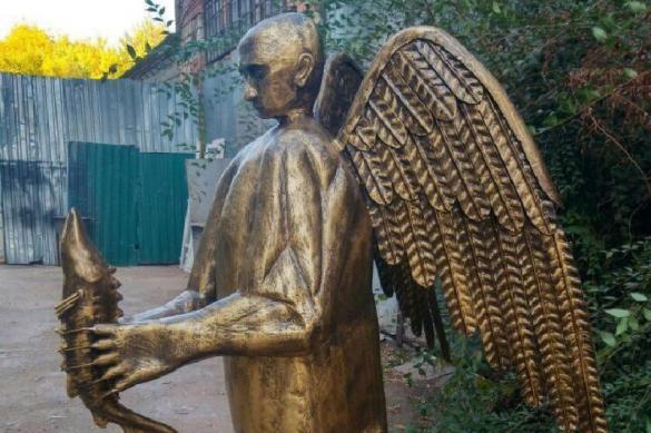 В Астрахани появилась скульптура ангела-Путина с осетром. 379240.jpeg