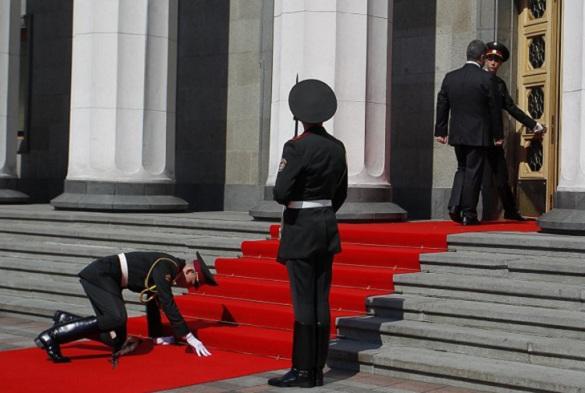 Украинские СМИ: Порошенко сломал жизнь упавшему на инаугурации солдату. 373241.jpeg