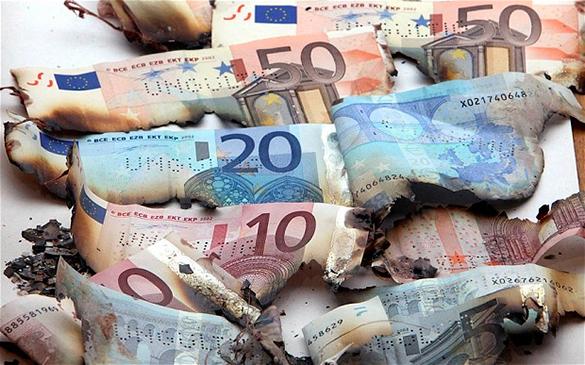 Германия отказалась выплачивать Греции компенсацию за преступления нацистов во время Второй мировой войны. Сгоревшие купюры евро
