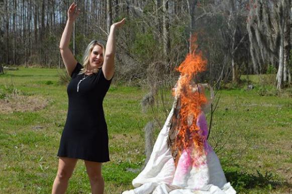 Американка наказала мужа-изменщика, спалив свадебное платье. Американка наказала мужа-изменщика, спалив свадебное платье