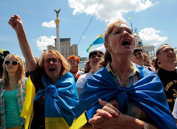 Знамя Победы по Верховной радой вызвало припадок у националистов. ВИДЕО. украина митинг киев