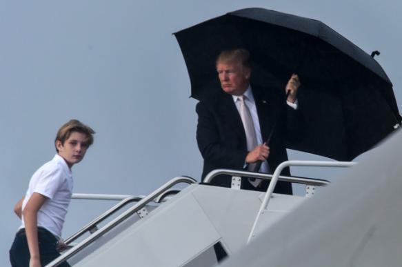 """Трамп бросил непокорный зонт в """"борт №1"""". 394253.jpeg"""