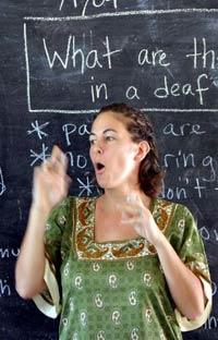 На занятии в музыкальной школе для глухих детей