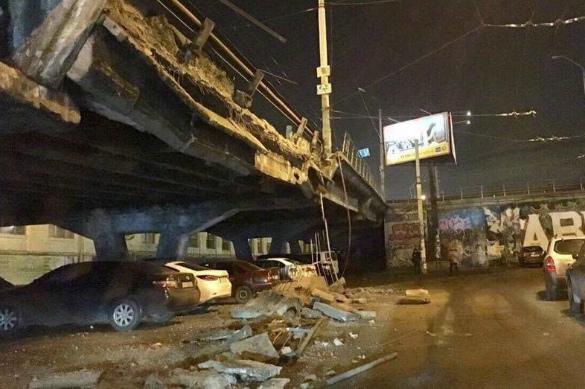 Обвалившийся мост в Киеве