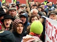 Жители Риги протестуют против сокращения пособий и пенсий