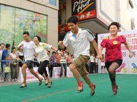В Китае прошли соревнования по бегу мужчин на высоких каблуках