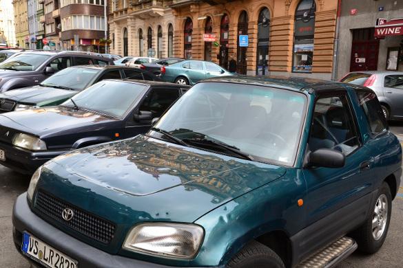 """В Киеве переполнен рынок очень дешевых """"брошенных"""" авто из Донбасса, чьи владельцы убежали от бомбежек."""